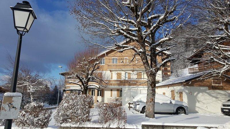 65 m2, T3 en rez de chalet, 6pers, tout confort au centre du village, holiday rental in Magland