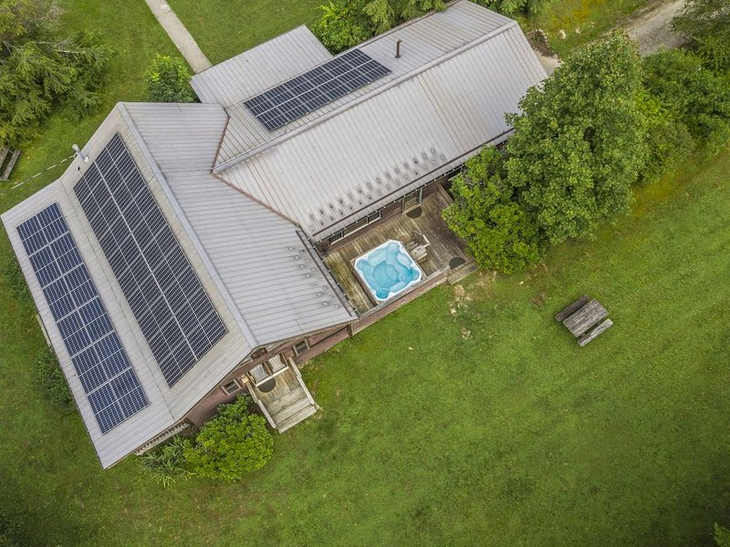 Solar Powered with Massive Timber Framed Great Room.   The Meadows, holiday rental in Summersville