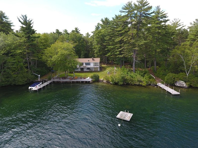 2.5 acres and 330 feet of lake frontage - Island Paradise, holiday rental in Alton