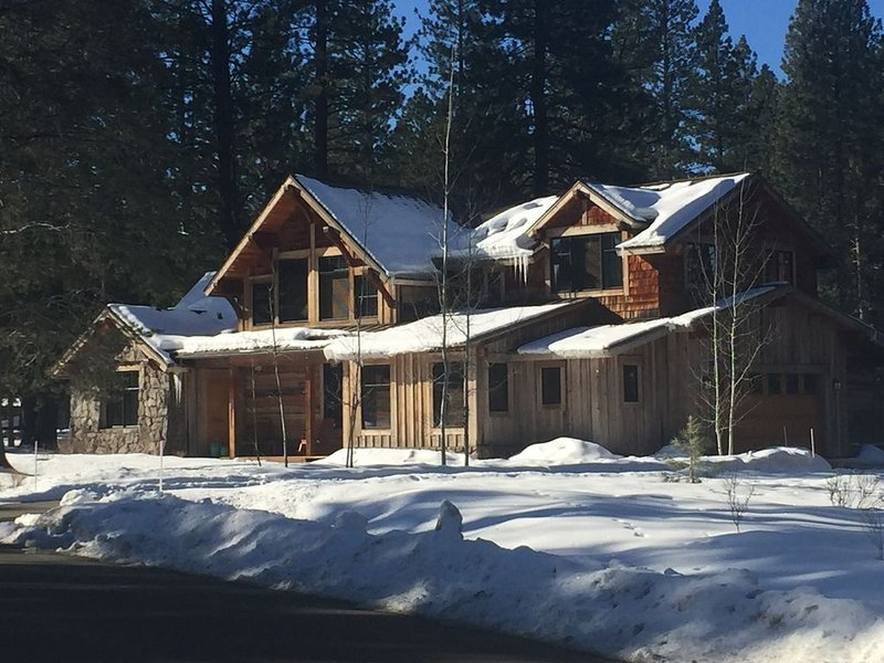Beautiful 4 Bedroom Executive Cabin in Tahoe!, alquiler de vacaciones en Floriston