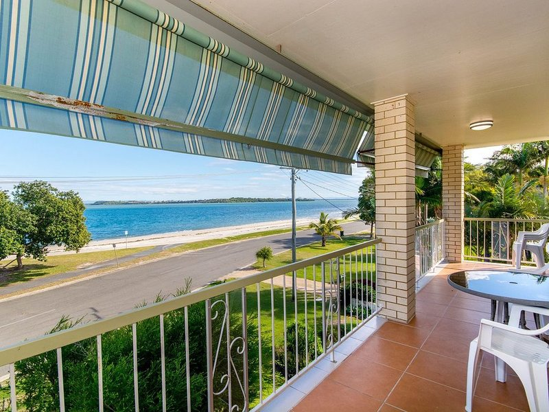 VIEWS VIEWS VIEWS! Front Top Floor Waterfront Unit - Chnook Apartments South Esp, holiday rental in Bongaree