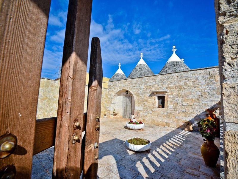 I CINQUE TRULLI with Swimming Pool and free Parking!, holiday rental in Martina Franca