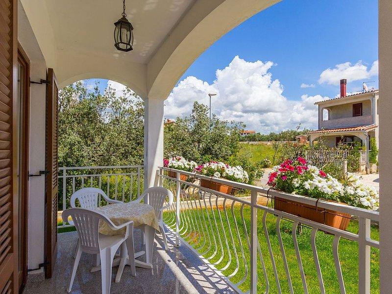 Schönes Appartement nur 700 Meter bis zum Strand mit Klima, WLAN, Terrasse, Gril, vacation rental in Fazana