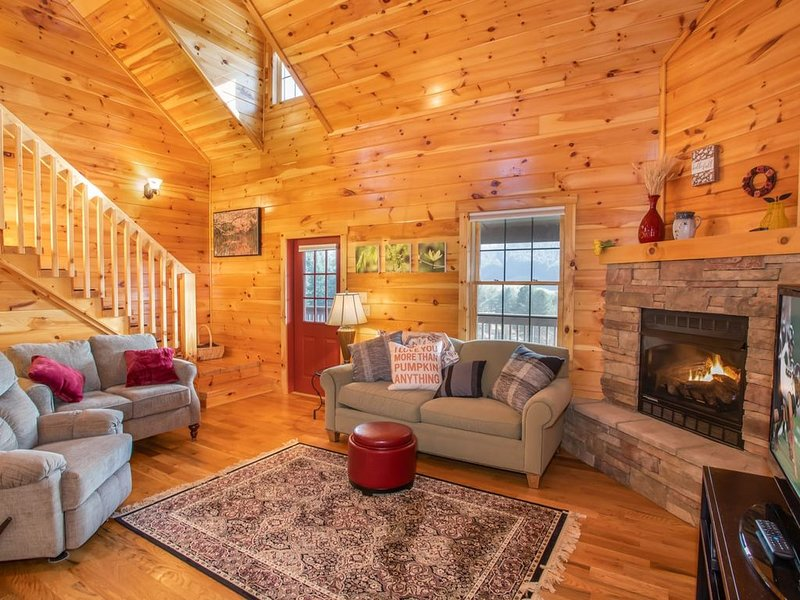 4BR Log Home, 180 Degree Mtn Views, Hot Tub, King Suite, Near Boone & Attraction, holiday rental in Vilas