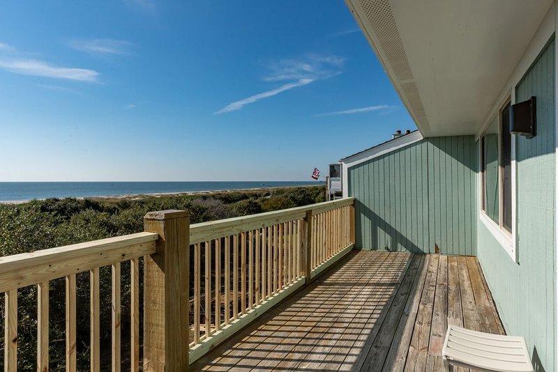 Pelican Sunset: 3 BR / 2 BA condo in Caswell Beach, Sleeps 6, location de vacances à Caswell Beach