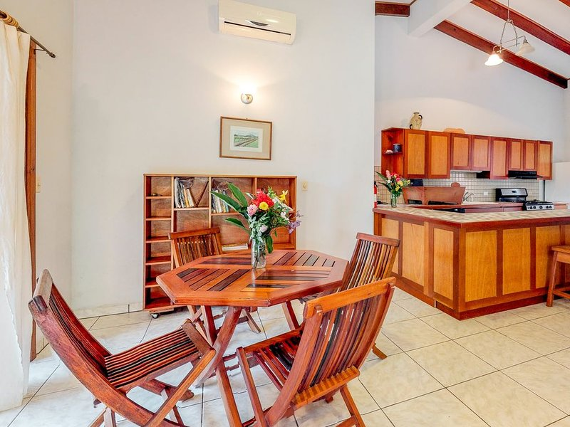 Spacious apartment outside of town w/ veranda, garden, partial AC & free WiFi!, holiday rental in San Ignacio