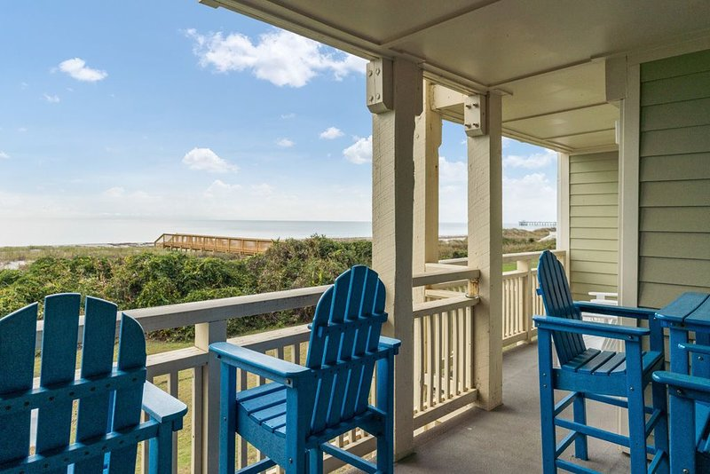 A Breath of Heaven: 2 Bed/2 Bath Oceanfront Condo with Community Pool, location de vacances à Caswell Beach