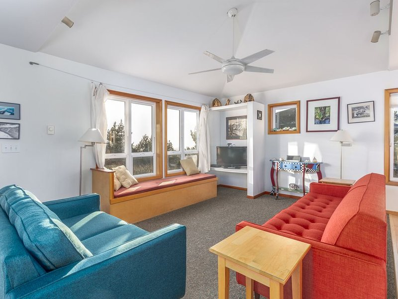 Beachwoods Cottage, views of the ocean, gas fireplace, jetted soaking tub, bikes, vacation rental in Pacific City
