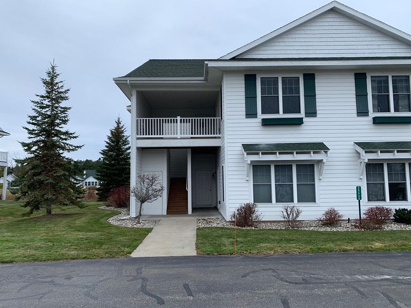 Scenic and Spacious Charlevoix CC Condo on Golf Course, Close to Water, casa vacanza a Charlevoix