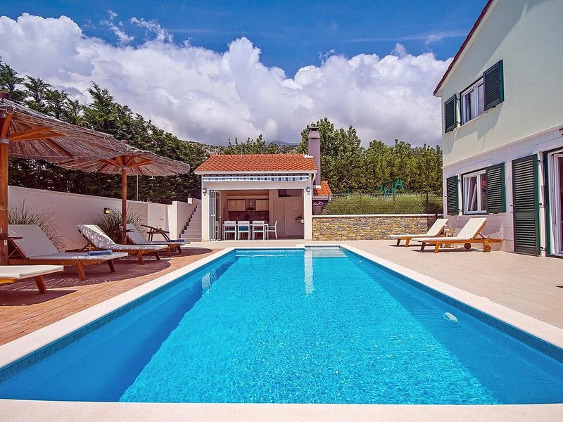 VILLA STOZAK, private heated pool, cinema room and sauna, 7 km from beach, holiday rental in Tugare