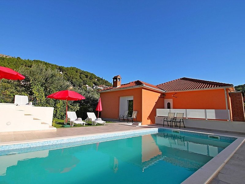 VILLA MARIETTA with private, heated pool and sauna, near Split, 12 persons max, aluguéis de temporada em Kotlenice