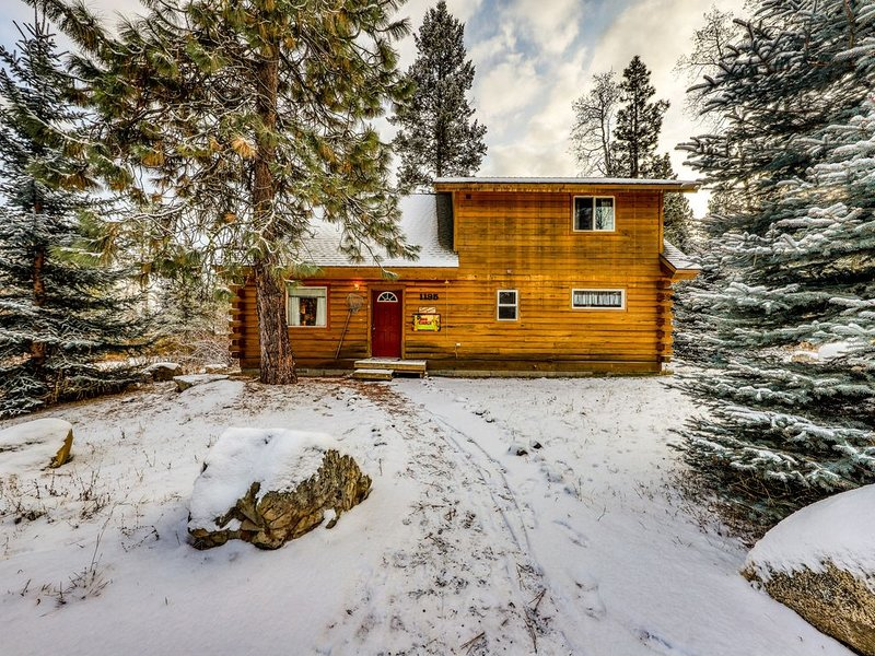 Lovely, family-friendly home w/firepit & gas grill - close to Bear Basin!, holiday rental in New Meadows