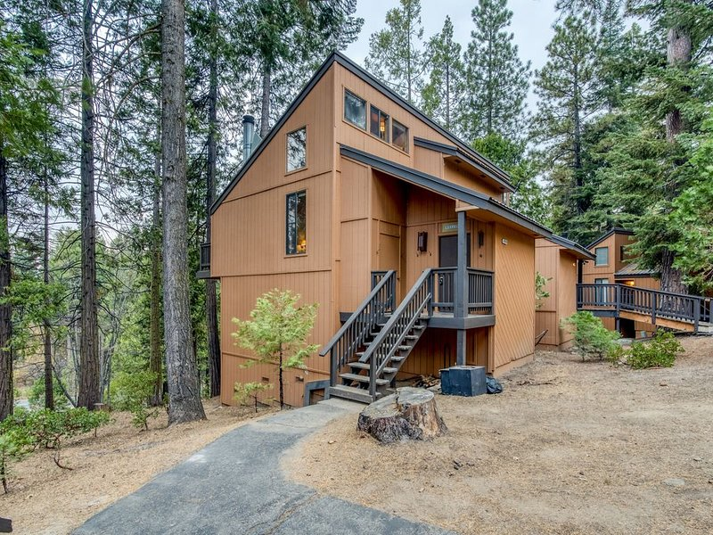 Dog-friendly condo w/ an updated kitchen, furnished deck, shared pool, & hot tub, holiday rental in Auberry