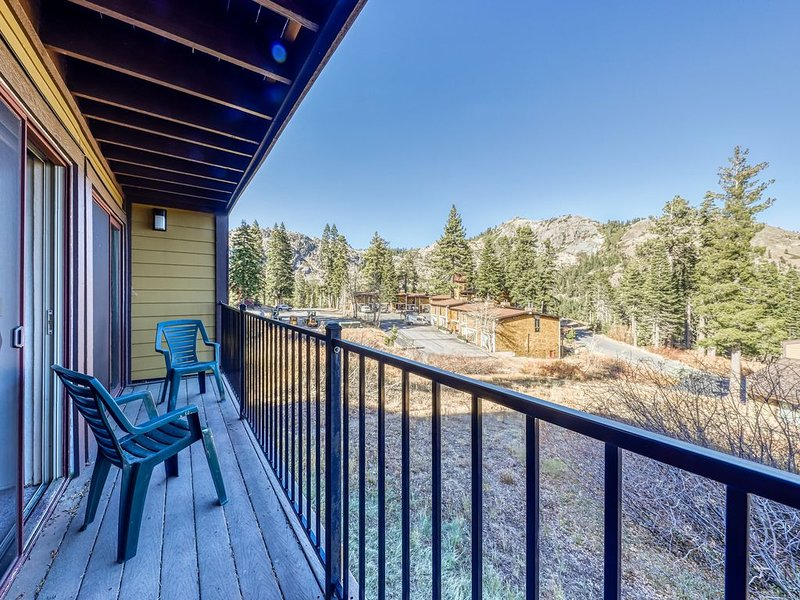 Charming condo with mountain views, less than mile from Alpine Meadows, casa vacanza a Olympic Valley