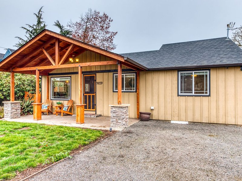 New listing! Charming dog-friendly Willamette Valley home w/ large fenced yard!, aluguéis de temporada em Eugene