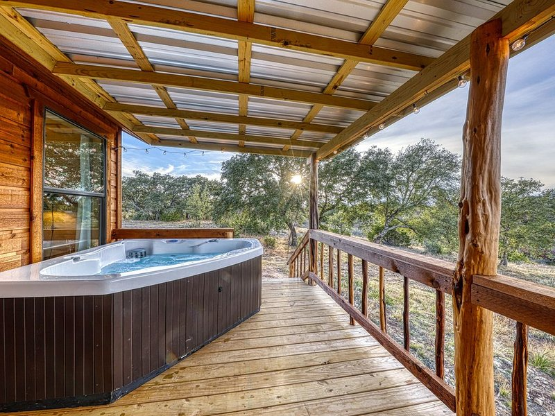 Studio connected to a brand new cabin w/ kitchenette - in heart of wine country!, location de vacances à Doss