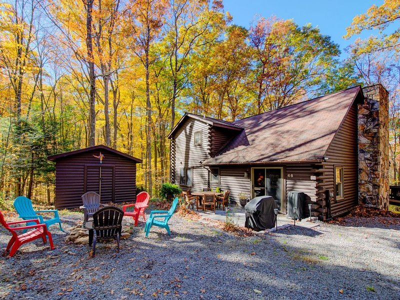 Woodland cabin w/ private hot tub, firepit, foosball table & nearby lake access!, alquiler de vacaciones en Oakland