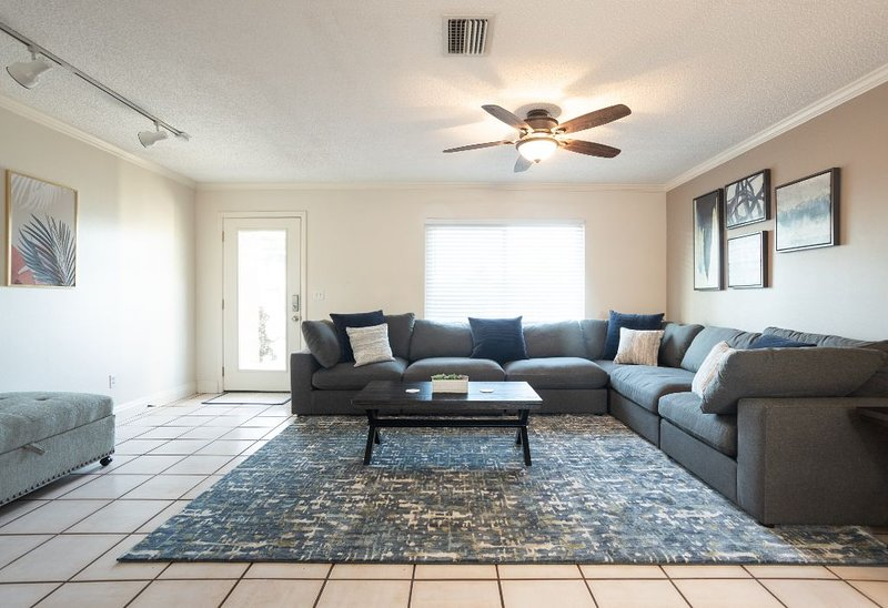 The Shell House � Near Beach � Screened In Pool, holiday rental in Bradenton