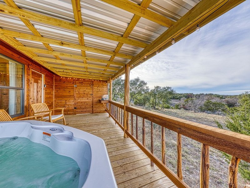 Newly constructed cabin w/ deck, private hot tub, firepit & Hill Country views, location de vacances à Doss