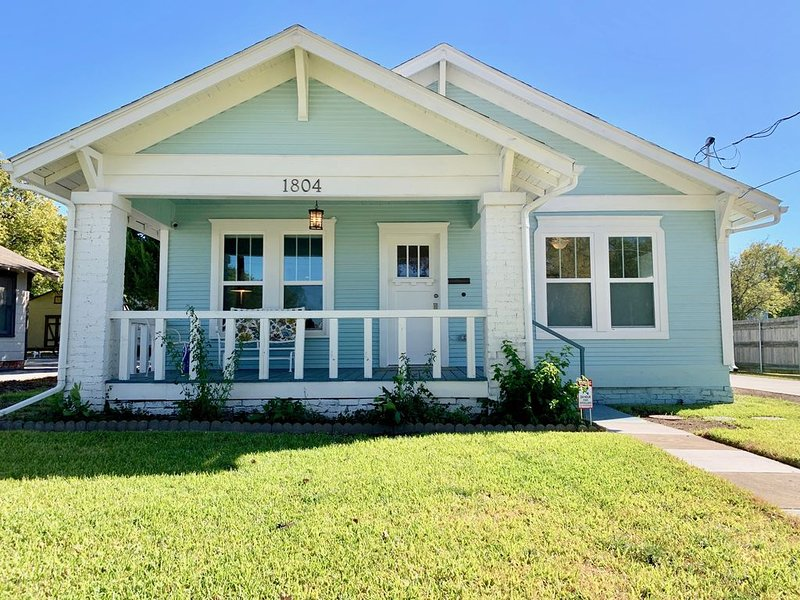 Historic Shiplap Cottage | Long Term Stays Welcome!, holiday rental in Aubrey