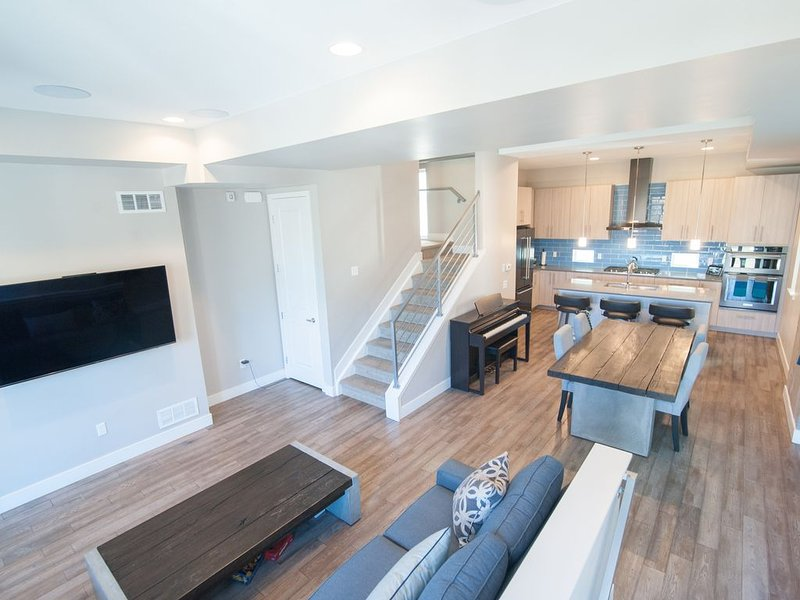 Private RoofTop Hot Tub! 360 Views! Beautiful Townhome!, holiday rental in Denver