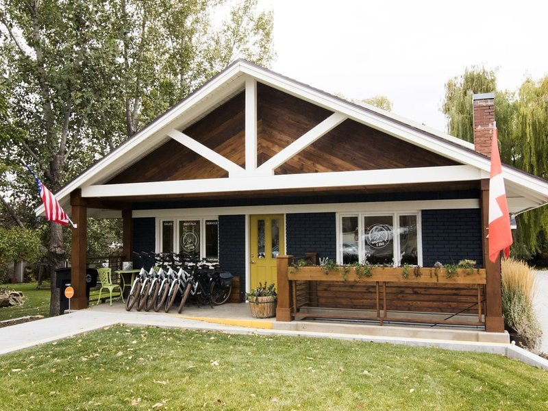 The Blue House on Main, holiday rental in Timber Lakes
