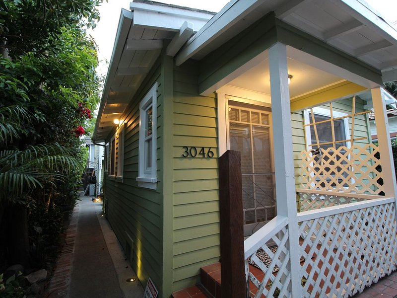 Bungalow Beach House 5 min Walk from the Beach Great Location private home., holiday rental in Belmont Shore