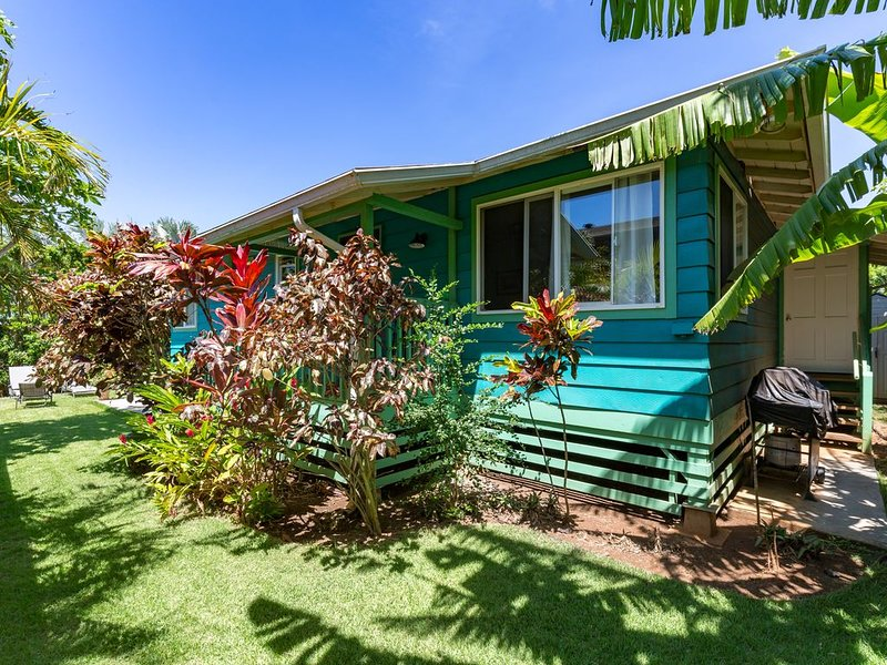 Charming Plantation Beach House by Mama's Beach, holiday rental in Paia