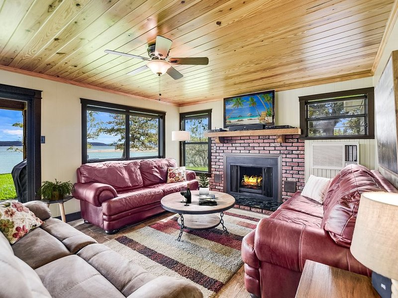 Fall Getaway � Cozy Lakehouse � Fireplace + Firepit, holiday rental in Tow
