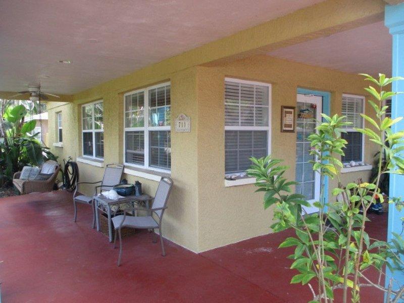 Key West Style Retreat - 3 bed, 2 bath with pool and hot tub, aluguéis de temporada em Tarpon Springs