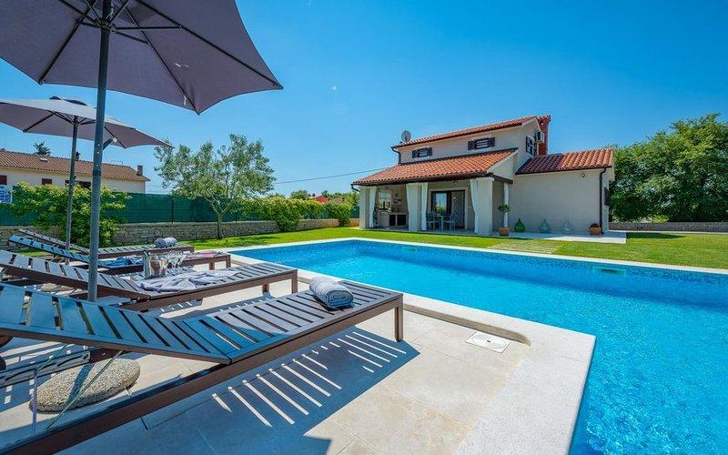 Traumhafte Villa mit privatem Pool, Waschmaschine, Klima, WLAN, Kinderspielplatz, casa vacanza a Marcana