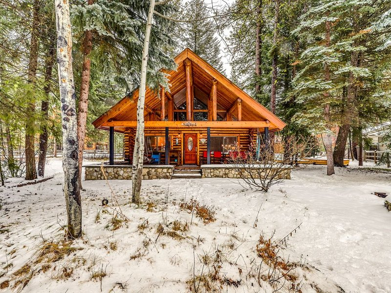 Lovely cabin w/fireplace, firepit & deck-walk everywhere, 2 dogs OK, holiday rental in McCall