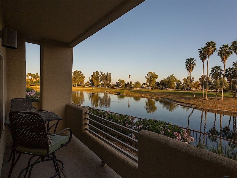 *SANITIZED* Arrowhead Golf Condo Spectacular 2 BR Condo/ COM Pool/Jacuzzi/Golf, casa vacanza a Sun City