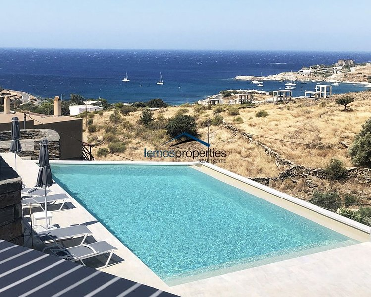 2 modern houses with 4 bedrooms, a swimming pool and a sea view, location de vacances à Dryopida