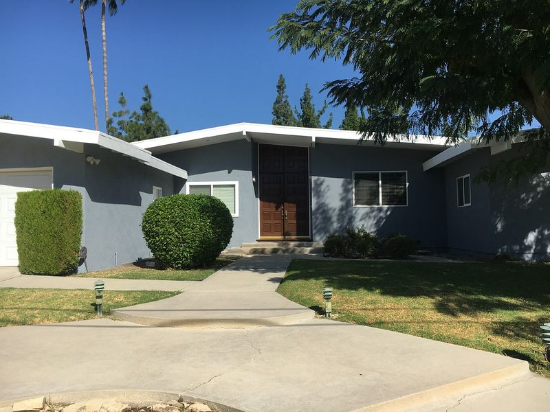 Classy, Peaceful West Hills Pool Home with Chefs Kitchen and Park Like Backyard!, location de vacances à Bell Canyon