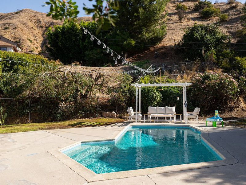 SPACIOUS, BEAUTIFUL 3-BEDROOM HOME WITH POOL! P12, vacation rental in Burbank