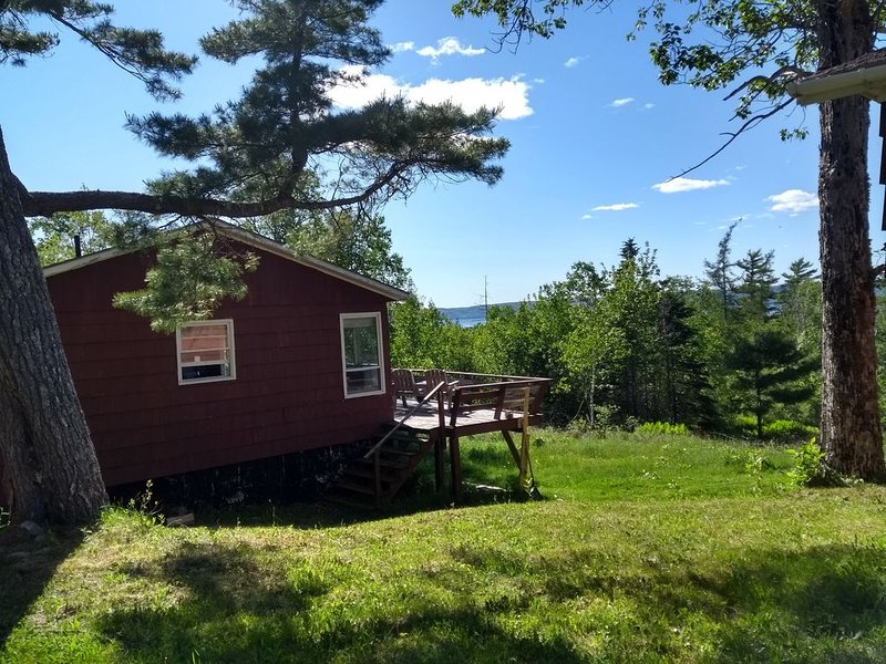 2 BDR cottage on Bras D'or Lakes (420 friendly), aluguéis de temporada em Isle Madame