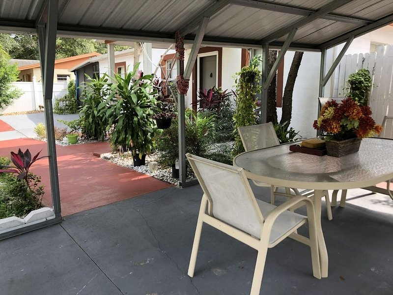 Cheap and nice house walk to Amphitheater - Hard Rock Casino and Fair Grounds, holiday rental in Seffner