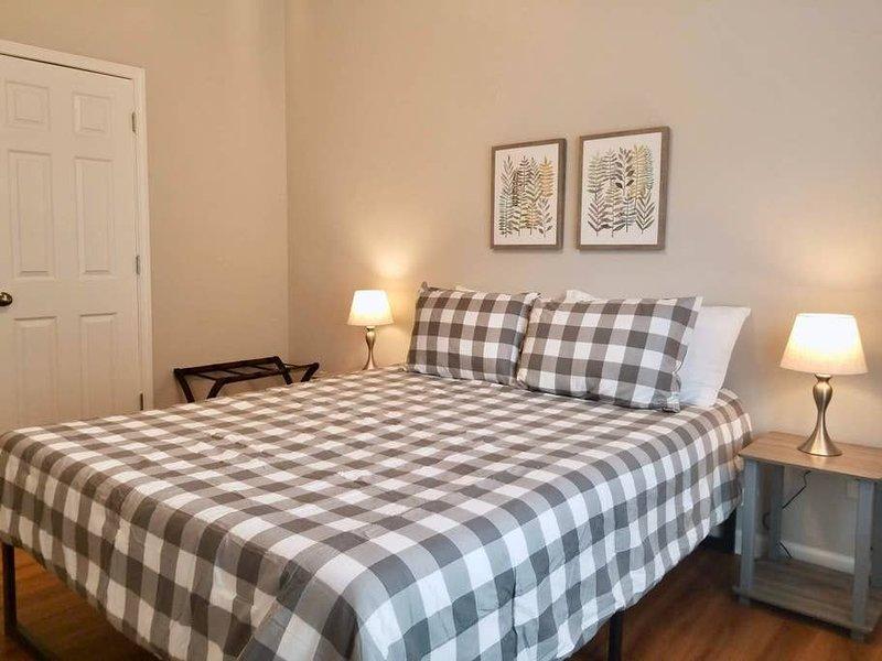 8 Beds | Spacious and Clean | Downtown Auburn, aluguéis de temporada em Tuskegee