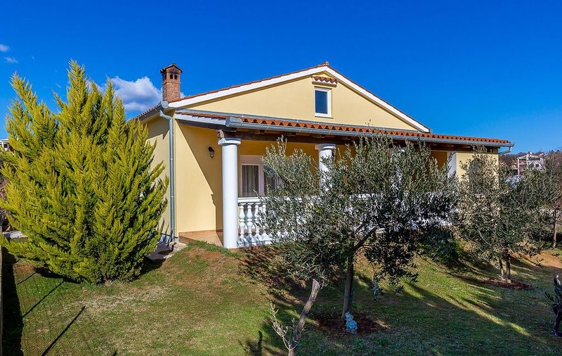 Sonniges Ferienhaus bei Medulin mit Klima, WLAN, Waschmaschine, großem Garten mi, alquiler vacacional en Liznjan