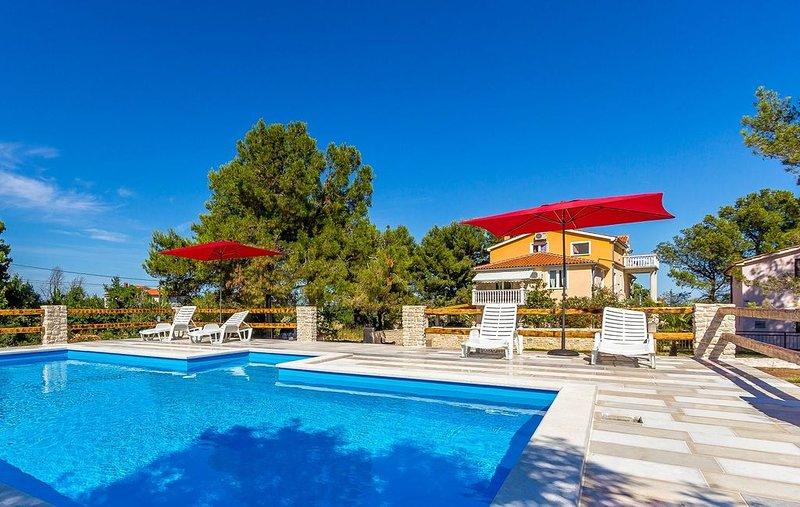 Ferienwohnung mit großem Pool nur 500 Meter bis zum Kieselstrand mit Klima, WLAN, alquiler vacacional en Liznjan