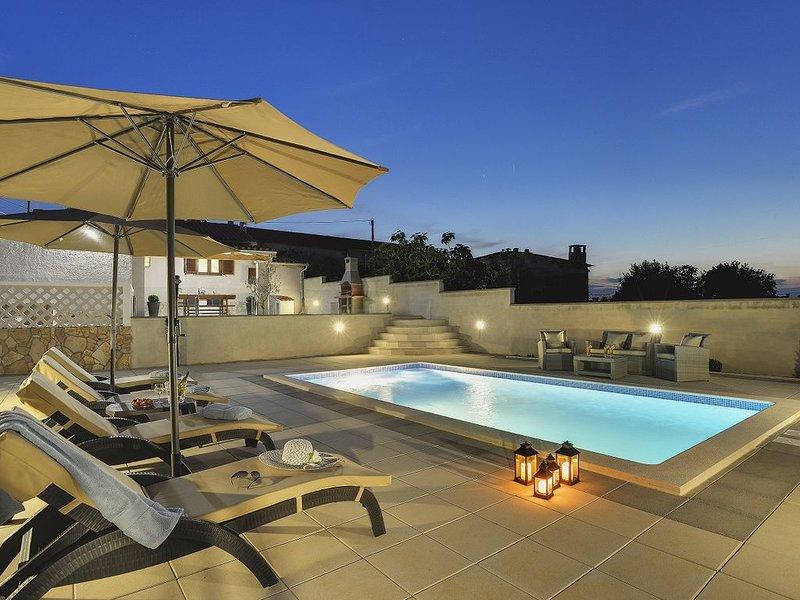 Herrliche Villa mit privatem Pool, Klima, WLAN, Sonnenliegen und eine Außenküche, holiday rental in Divsici