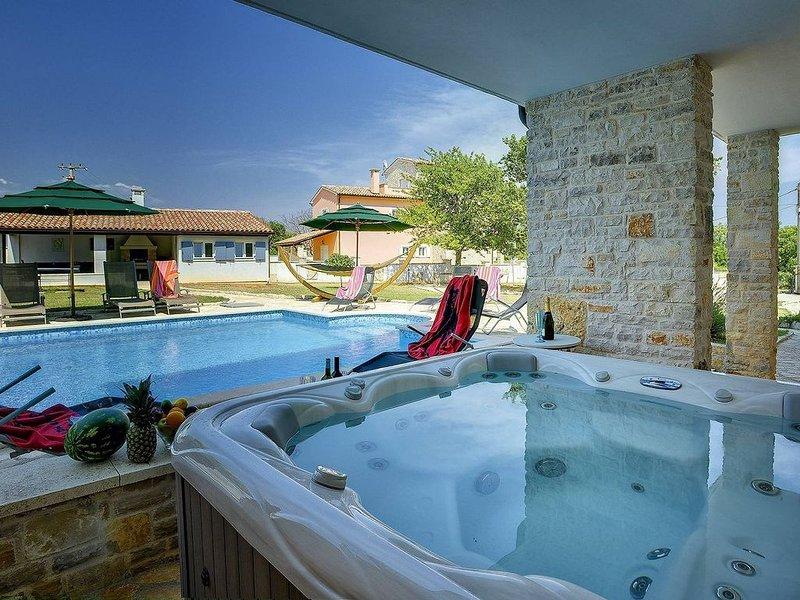 Großzügige Finca mit privatem Pool, Klima, WLAN, Whirlpool, Tischtennis, Tischfu, holiday rental in Manjadvorci