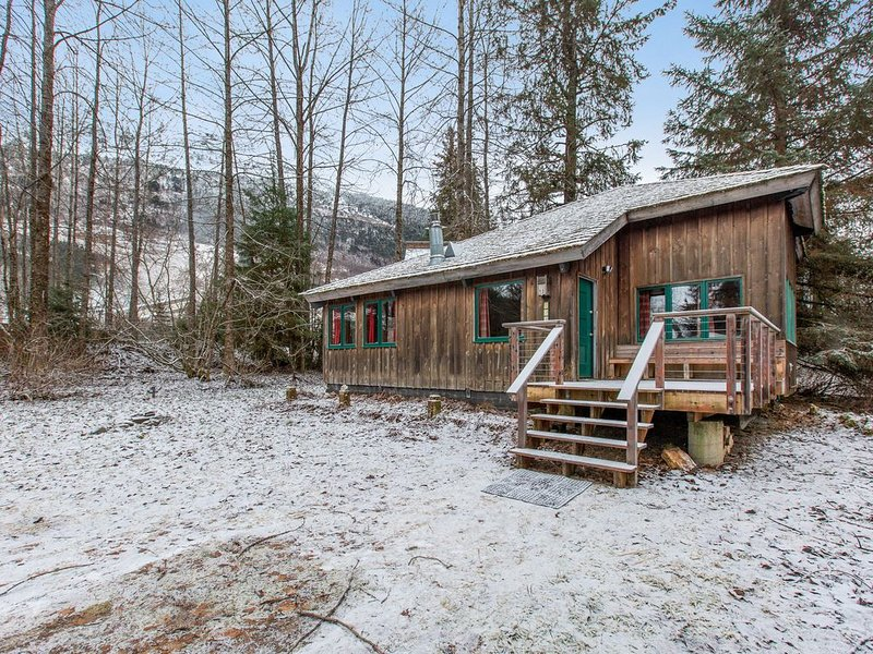 Secluded cottage w/mountain views and gas fireplace - close to lifts/activities!, alquiler de vacaciones en Girdwood