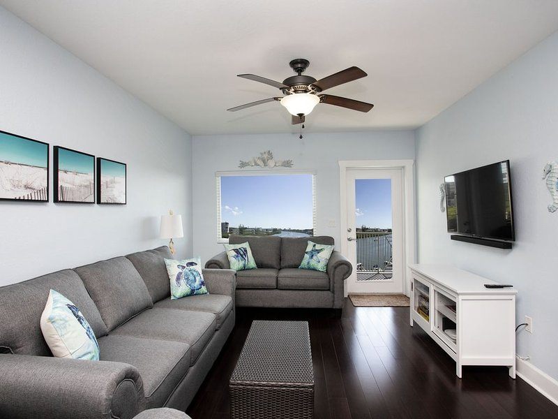 Beautiful Updated Luxury Waterfront Condo 2/2, 4 Waterpark Passes, Steps to Gulf, vacation rental in Indian Rocks Beach