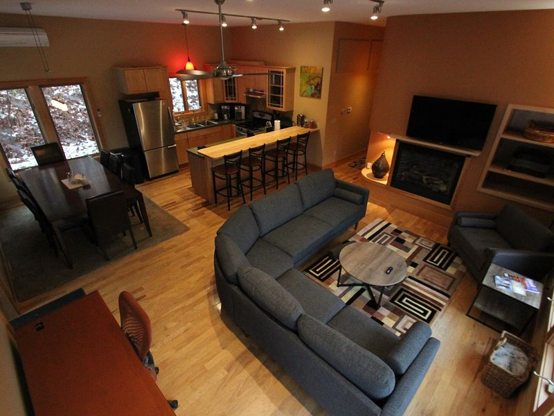 Quiet Modern Luxury Home w/  Memory Foam Beds, A/C, FAST WiFi and Full Kitchen, vacation rental in Bridgewater Corners
