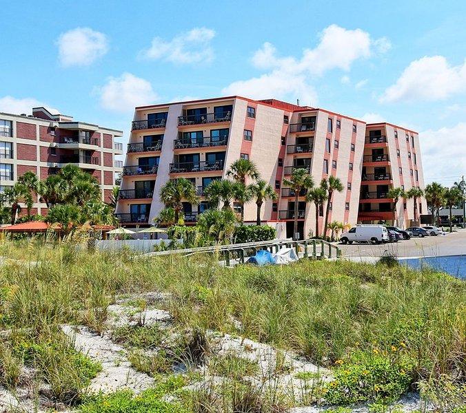 GULF GATE RESORT #208 - Gulf and Bay Views - Sleeps 4, aluguéis de temporada em Saint Pete Beach
