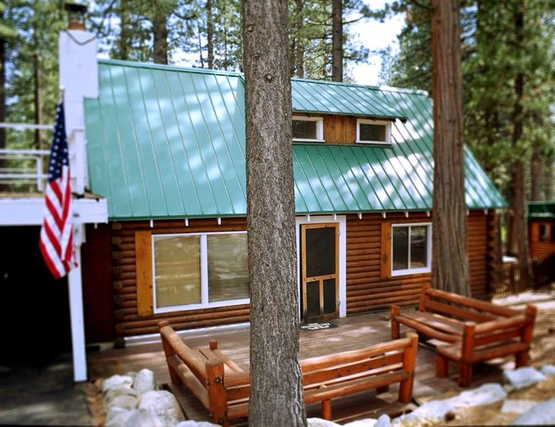 Charming Log Cabin | HOT TUB | Sauna | Walk to Beach | Pet Friendly | Ski, alquiler de vacaciones en Kings Beach