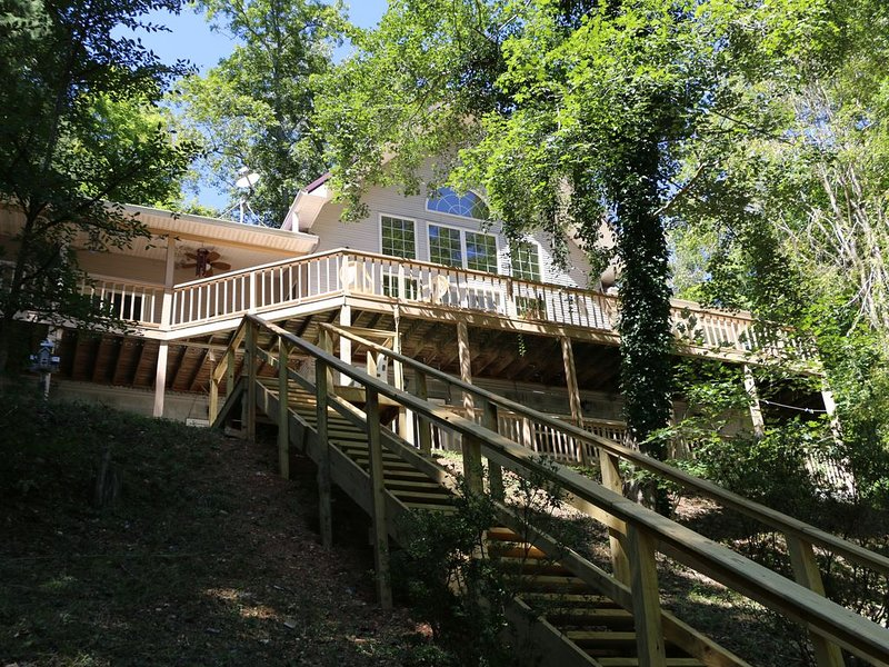 Tennessee Treasure- Lakefront Big Crk, dock, 4 bd + 3 dbls in loft, 3 wooded ac, holiday rental in Caryville