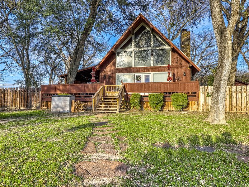 Private, waterfront Hill Country retreat on the Guadalupe River, holiday rental in Geronimo